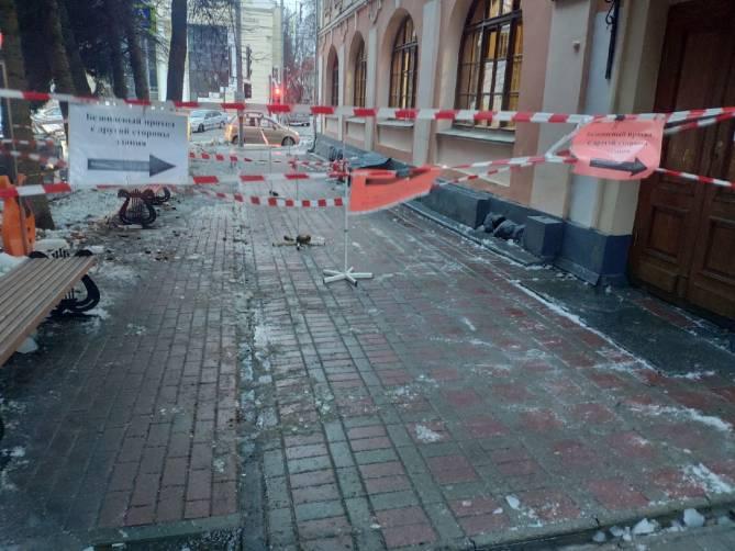 В Брянске с крыши памятника архитектуры XVIII века на тротуар рухнула глыба льда