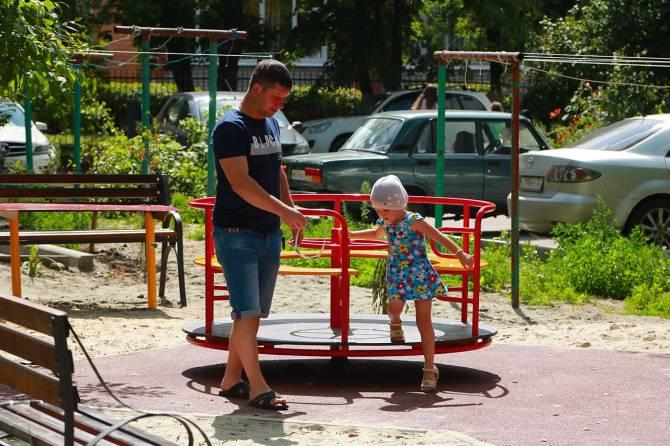 В Брянске отремонтировали двор многоэтажки на улице Новозыбковской