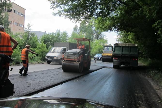 В Брянске на улице Сталелитейной укладывают асфальт