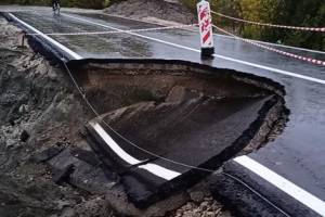 В Брянске окончательно рухнула размытая ливнем новая дорога