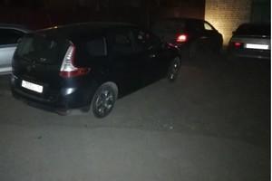 В Брянске автохам заблокировал во дворе чужую машину