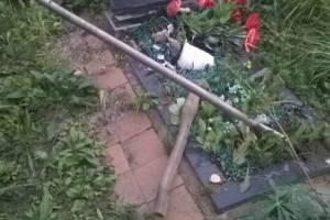 В брянском селе 66-летняя пенсионерка устроила погром на кладбище