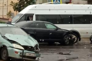 В Брянске на улице Тельмана столкнулись две легковушки