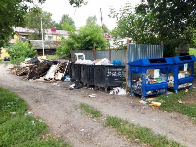 Жители Белых Берегов пожаловались на ставший редким вывоз мусора
