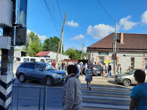 В Почепе автомобиль вылетел на тротуар и сбил людей