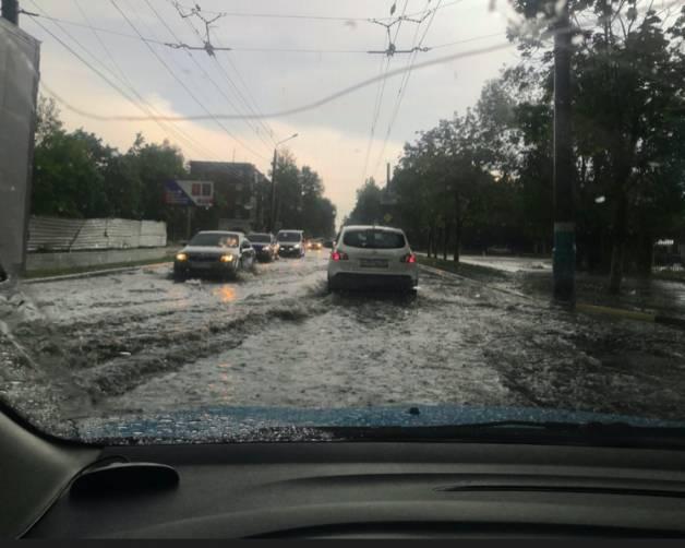 В Брянске после ливня затопило дорогу на Володарке