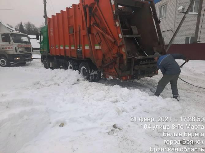 В Белых Берегах полдня вытаскивали застрявший в снегу мусоровоз