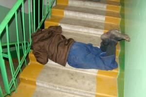 В Новозыбкове мужчина разбил голову в собственном подъезде