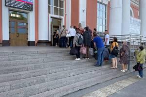 Из-за абсурда на вокзале Брянска людей подвергли двойной опасности