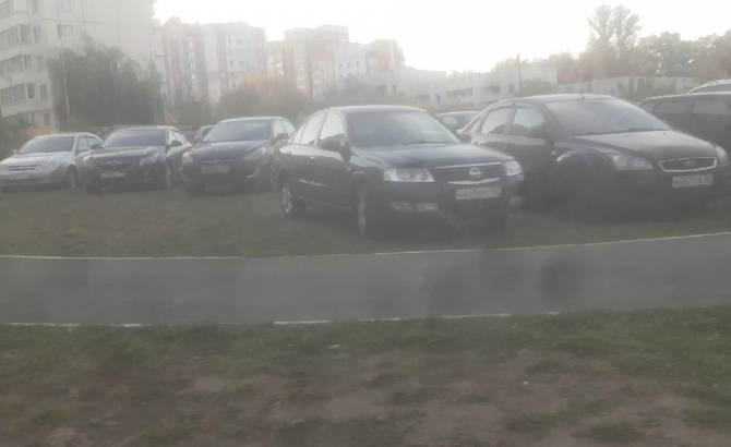 Дворы многоэтажек на улице Романа Брянского захватили автохамы