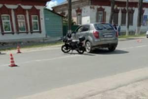 В Новозыбкове возле храма столкнулись легковушка и мотоцикл