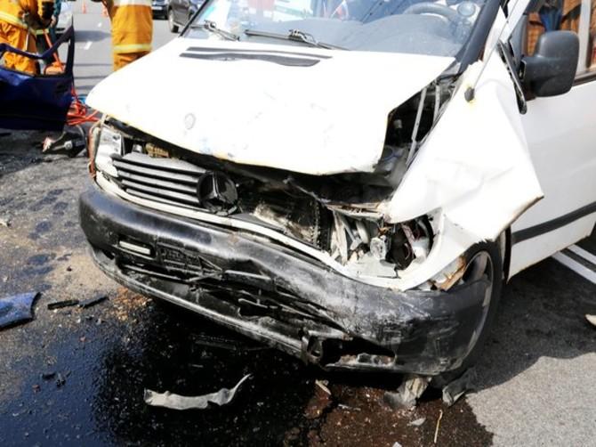 Под Севском водитель Mercedes Vito отфутболил Ford Focus в стену здания