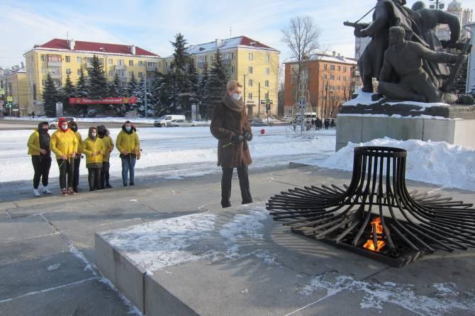 В Брянске в годовщину Сталинградской битвы возложили цветы к Вечному огню