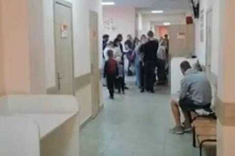 Рынок, а не поликлиника: в Брянске пожаловались на гигантские очереди к педиатру