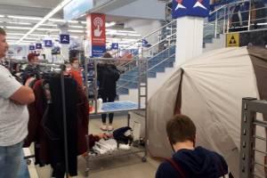 В брянском «Спортмастере» одежду примеряют в туристических палатках