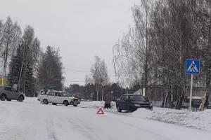 В Локте на скользкой дороге столкнулись две легковушки