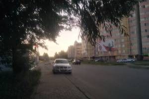 В Клинцах автохам на BMW перекрыл часть тротуара
