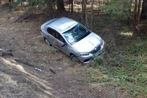 Водителю по пути в Дятьково стало плохо: автомобиль вылетел в кювет