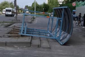 В Брянске из-за сильного ветра рухнул очередной «домик Ниф-Нифа»