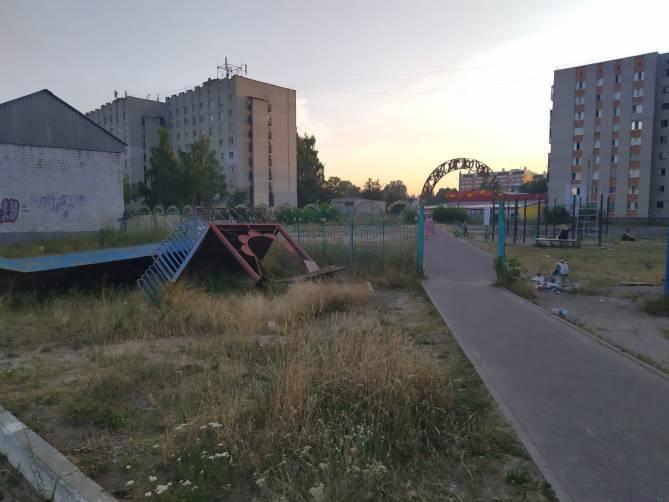 В Брянске ремонт площадки «Катюша» на Новом Городке превратился в застой и свалку