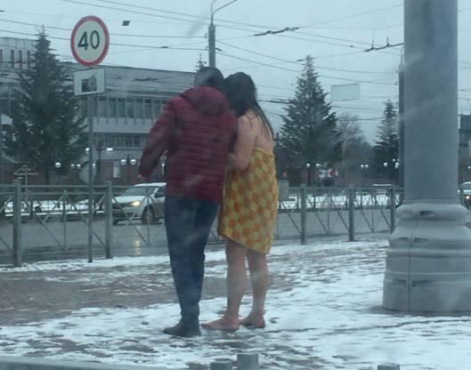 В Брянске на Набережной заметили полуголую девушку