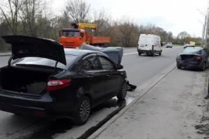 В Брянске водитель Киа отвлекся и врезался в припаркованное авто