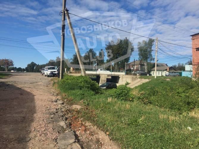 В Новозыбкове легковушка слетела с моста
