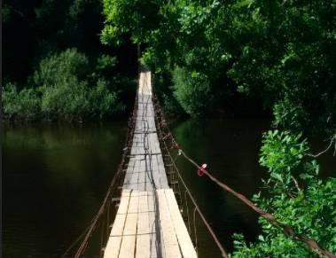 В Хотылево жители отремонтировали живописный подвесной мост