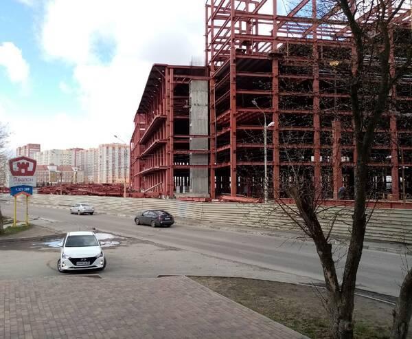 В Брянске жильцы многоэтажки взвыли от ночной стройки ТРЦ «МегаГринн»