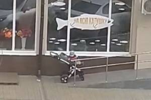 В Брянске горе-отец оставил коляску с ребенком возле магазина