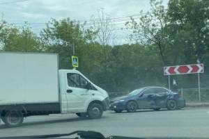 В Брянске возле «Речного» столкнулись ГАЗель и легковушка