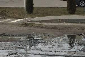 В Клинцах забил вонючий фонтан на улице Дзержинского