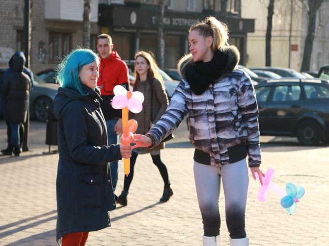 В Брянске горожан вдохновляли на благие дела ромашками в День добра