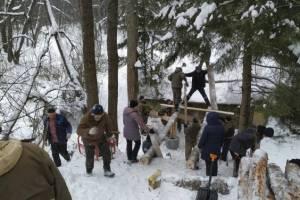 В Белых Берегах активисты построили мост на патриотическом маршруте