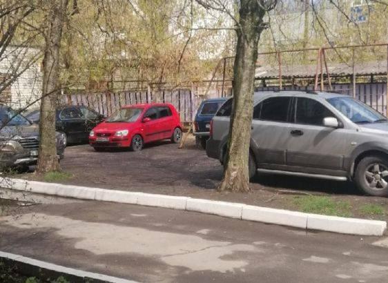 В Брянске на улице Фокина детскую площадку захватили автовладельцы