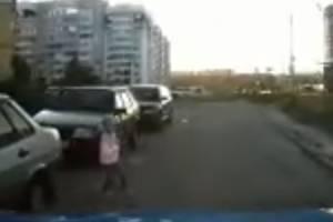 В Брянске водитель чудом не сбил выскочившую перед ним девочку