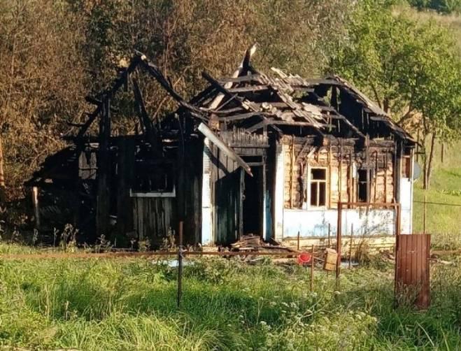 В брянском селе сгорел дом на глазах у пьяного хозяина