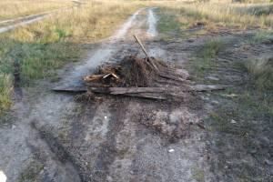 В брянском поселке Ивановка мужчина перекрыл дорогу мусором