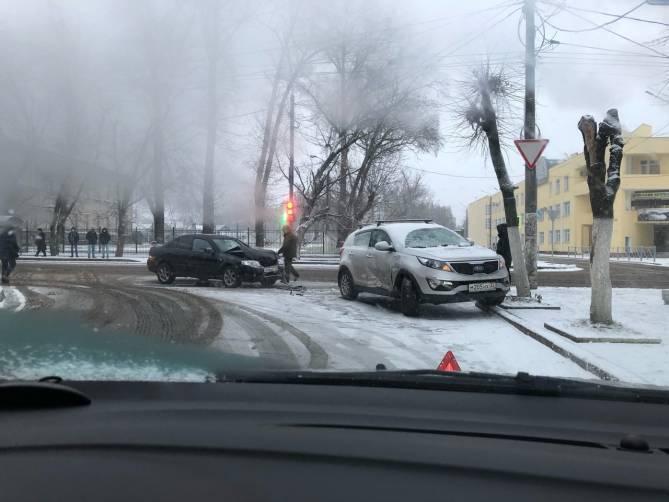 В Брянске возле железнодорожного колледжа столкнулись две легковушки