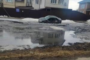 В Брянске такси утонуло в легендарной луже на улице Медведева