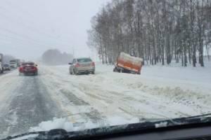 Под Брянском столкнулись грузовик и легковушка