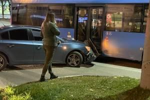 В Брянске у БУМа легковушка протаранила синий автобус