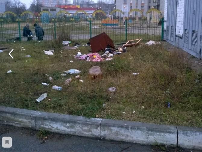 В Брянске устроили свалку возле детской площадки «Катюша»