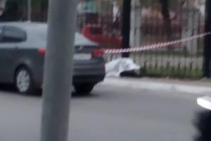 В Брянске под забором городской больницы №1 умер человек