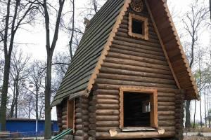 В Новозыбкове в ходе реконструкции парка сломали сказочную избушку