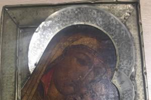 Брянские пограничники не дали вывезти из страны 4 старинных иконы