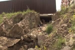 В Брянске мусорный контейнер грозит рухнуть с обрыва вниз