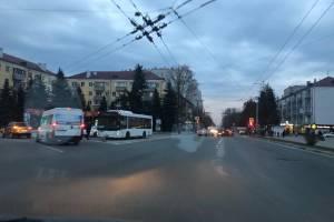 На Площади Партизан в Брянске рейсовый автобус попал в ДТП