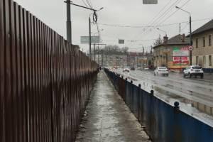 В Брянске тротуар на Станке Димитрова превратился в длинную лужу