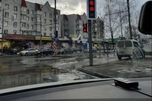 Новые светофоры у «Бум сити» оказались неудобными для водителей и пешеходов